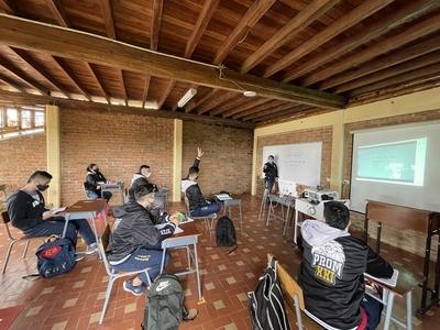 Comprometidos con la educación integral, dotamos nuestras aulas con implementos para la modalidad de clase híbrida.  (Alternancia/virtualidad)